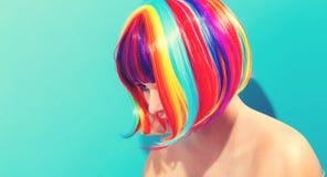 Mooie vrouw in een kleurrijke pruik Stock Foto's