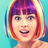 Mooie vrouw in een kleurrijke pruik Royalty-vrije Stock Foto