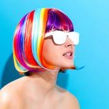 Mooie vrouw in een kleurrijke pruik royalty-vrije stock foto's