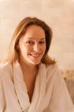 Mooie vrouw in een kuuroord die een witte robe dragen die op een massa wachten Royalty-vrije Stock Fotografie