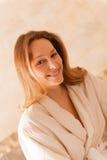 Mooie vrouw in een kuuroord die een witte robe dragen die op een massa wachten Royalty-vrije Stock Foto's