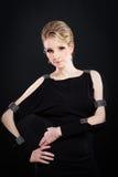 Mooie vrouw in een modieuze zwarte kleding Royalty-vrije Stock Afbeelding