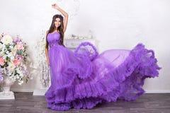 Mooie vrouw in een stromende kleding stock afbeeldingen