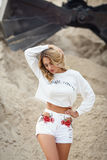 Mooie vrouw in een witte kleding in een woestijn Royalty-vrije Stock Afbeeldingen