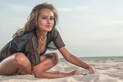Mooie vrouw in een zwempak op het strand royalty-vrije stock afbeelding
