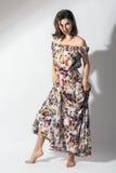 Mooie vrouw in elegante bloemenkleding Royalty-vrije Stock Foto's