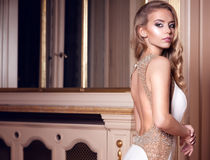 Mooie vrouw in elegante kleding Stock Foto's