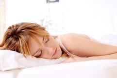 Mooie vrouw en aan slaap Stock Foto