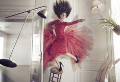 Mooie vrouw en de levitatie ondergaande dingen Stock Foto's