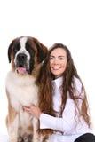 Mooie vrouw en haar de hondkant van de Sint-bernard door sid Royalty-vrije Stock Foto's