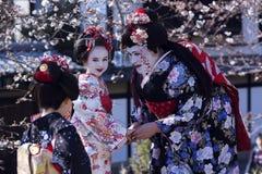Mooie vrouw en twee kinderen in nationale Japanse kleren Royalty-vrije Stock Afbeeldingen