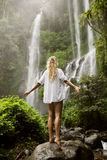 Mooie vrouw en waterval Stock Foto's