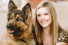 Mooie vrouw en zijn herdershond royalty-vrije stock foto's