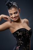 Mooie vrouw in extravagante partijkleding Stock Afbeeldingen