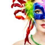 Mooie vrouw in geheimzinnig regenboog Venetiaans masker royalty-vrije stock fotografie