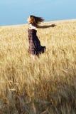 Mooie vrouw in geruite kleding op een gebied Stock Foto's