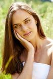 Mooie vrouw in gras Stock Fotografie