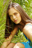 Mooie vrouw in gras Royalty-vrije Stock Afbeelding