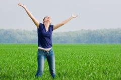 Mooie vrouw in grassfield Stock Foto
