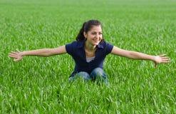 Mooie vrouw in grassfield Royalty-vrije Stock Foto's