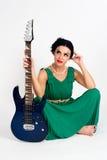Mooie vrouw in Griekse stijlkleding met gitaar stock afbeelding