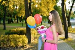 Mooie vrouw in groen park met meer stock fotografie