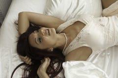 Mooie vrouw in haar slaapkamer Royalty-vrije Stock Afbeeldingen