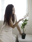 Mooie vrouw in haar slaapkamer Royalty-vrije Stock Fotografie