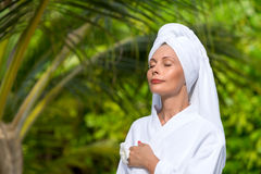 Mooie vrouw in handdoek Royalty-vrije Stock Afbeelding