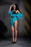Mooie vrouw in heldere blauwe kleding Stock Foto's