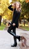 Mooie vrouw in herfstpark Stock Foto