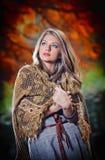 Mooie vrouw in het bos Stock Afbeelding