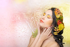 Mooie vrouw in het de herfstbeeld. Mooie creatieve make-up Royalty-vrije Stock Afbeelding