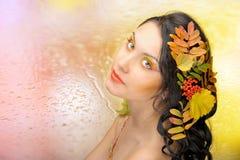 Mooie vrouw in het de herfstbeeld. Mooie creatieve make-up Stock Foto's