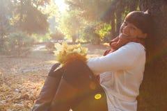 Mooie vrouw in het de herfstpark royalty-vrije stock foto