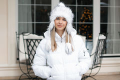 Mooie vrouw in het de winterjasje die zich dichtbij de koffie bevinden royalty-vrije stock foto's