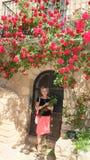 Mooie vrouw in het dorp van Siurana royalty-vrije stock fotografie