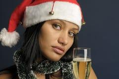 Mooie vrouw het drinken champagne in Kerstmis Stock Afbeelding