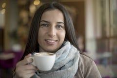 Mooie vrouw het drinken koffie royalty-vrije stock fotografie