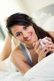 Mooie vrouw het drinken koffie stock afbeeldingen