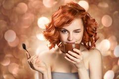 Mooie vrouw het drinken koffie stock fotografie
