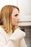 Mooie vrouw het drinken koffie in de keuken Stock Foto