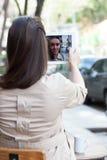 Mooie vrouw het drinken koffie in de straat Royalty-vrije Stock Afbeelding