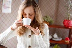 Mooie vrouw het drinken koffie Stock Foto's