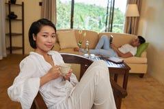 Mooie vrouw het drinken thee royalty-vrije stock foto