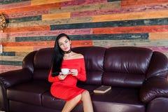 Mooie vrouw het drinken thee of koffie thuis royalty-vrije stock afbeelding