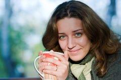 Mooie vrouw het drinken thee in openlucht Royalty-vrije Stock Foto