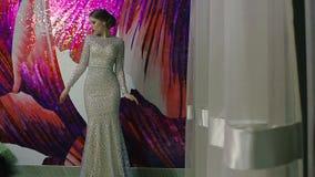 Mooie vrouw in het elegante avond witte kleding stellen stock video