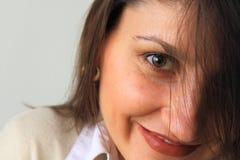 Mooie vrouw het glimlachen close-up. Stock Afbeeldingen
