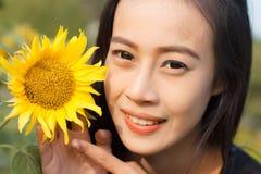 Mooie vrouw het glimlachen zonnebloem Stock Foto's
